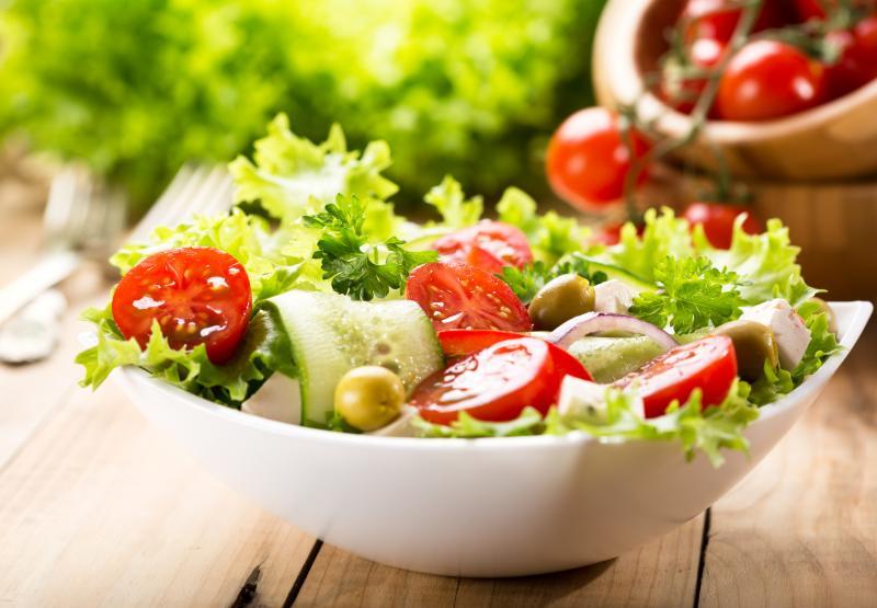 Ziołowa sałatka z oliwkami i serem feta