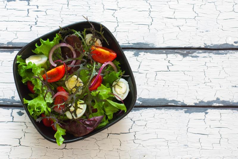 Szybka sałatka z warzywami i jajkiem