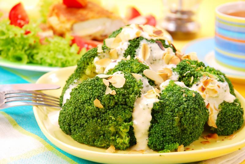 Brokuły z prażonymi migdałami i delikatnym sosem czosnkowym