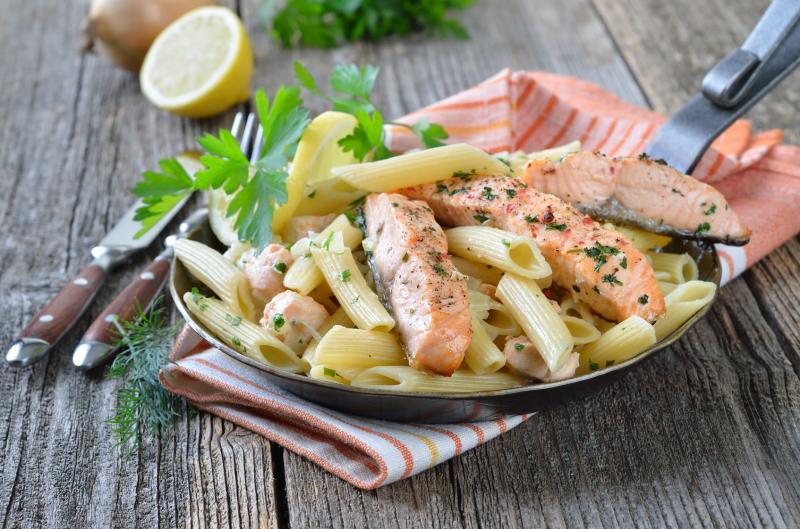 Dietetyczny obiad z penne i łososiem
