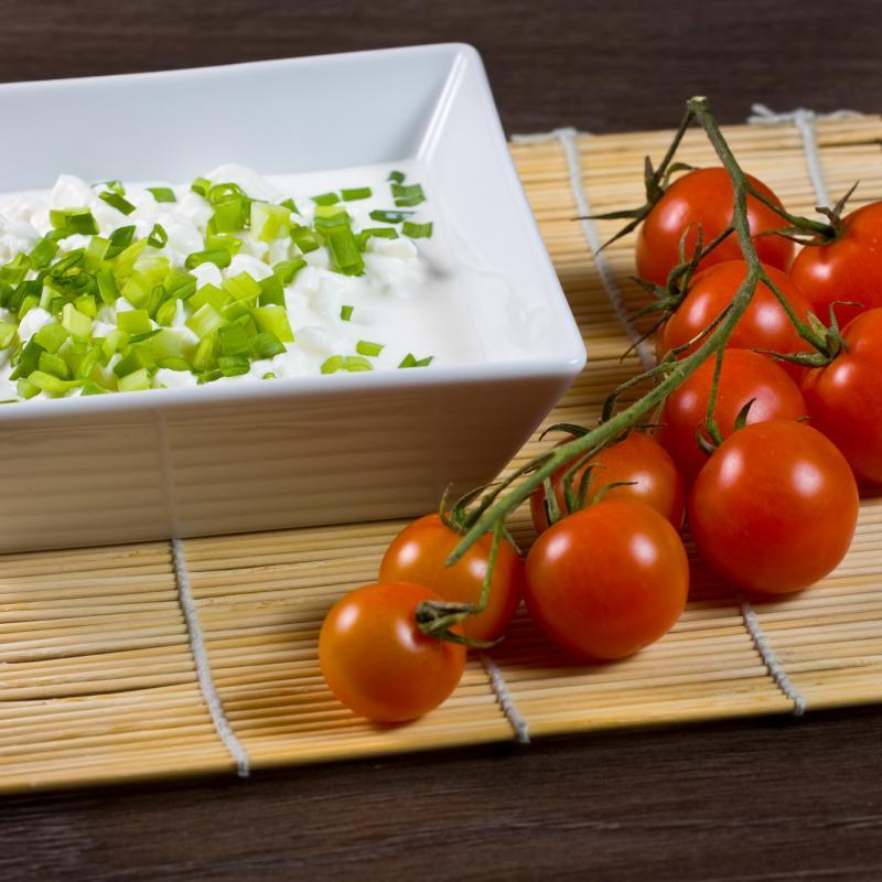 Serek wiejski z pomidorem i szczypiorkiem