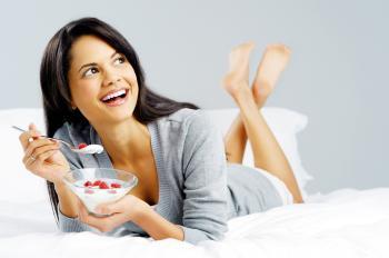 kobieta z jogurtem