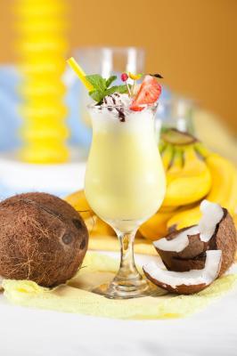 Jogurt z bananem i wiórkami kokosowymi