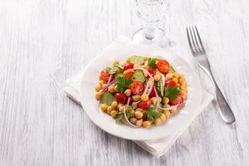 Ekspresowa sałatka z białej fasoli, pomidorów i ogórka